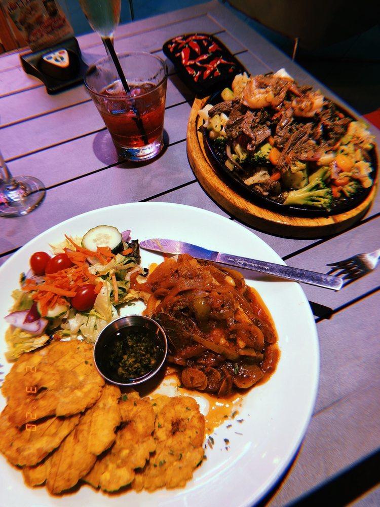 Hotties Bar & Restaurant: Av. Isla Verde 1054, Carolina, PR