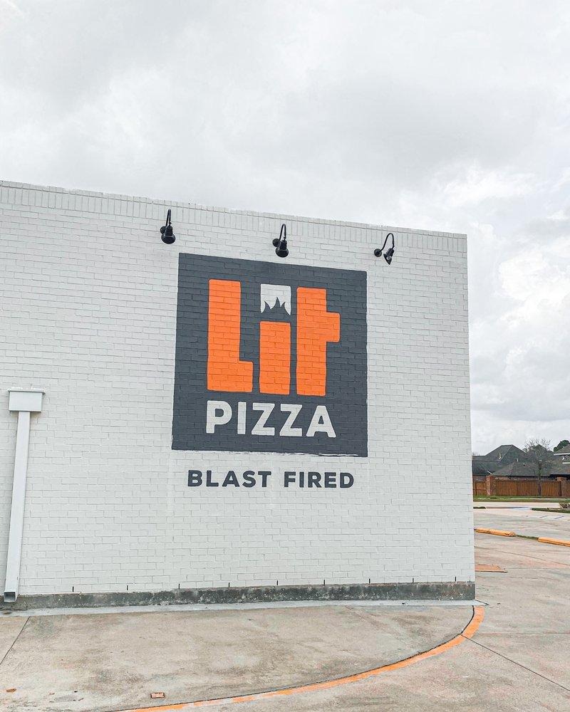 Lit Pizza: 447 Oak Plaza Blvd, Brusly, LA