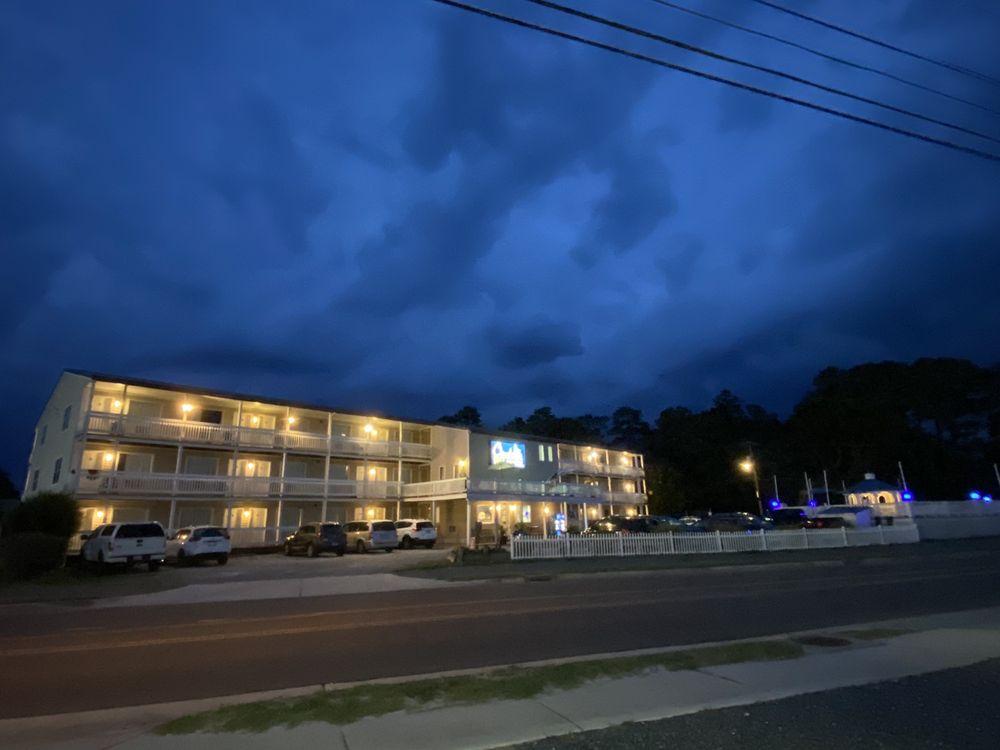Chincoteague Inn: 4417 Deep Hole Rd, Chincoteague Island, VA