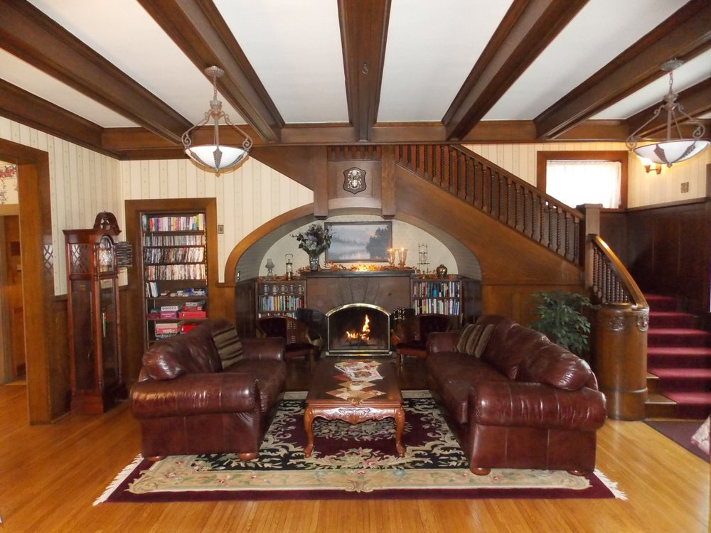 The Firelight Inn on Oregon Creek Bed and Breakfast: 2211 E 3rd St, Duluth, MN
