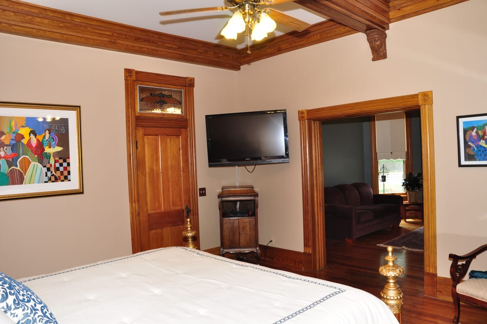 Laughlin House Bed and Breakfast: 102 NW 3rd St, Bentonville, AR