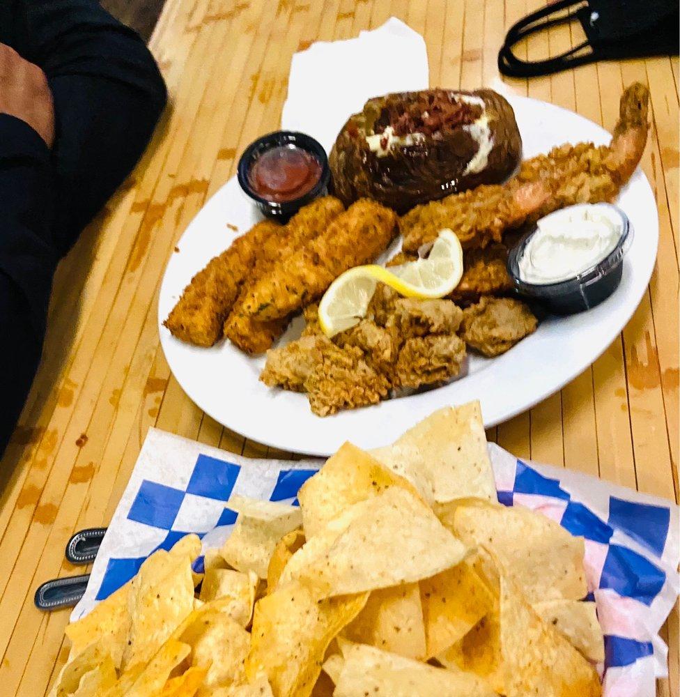 Paradise Key Dockside Bar & Grill: 165 Cove Harbor N, Rockport, TX