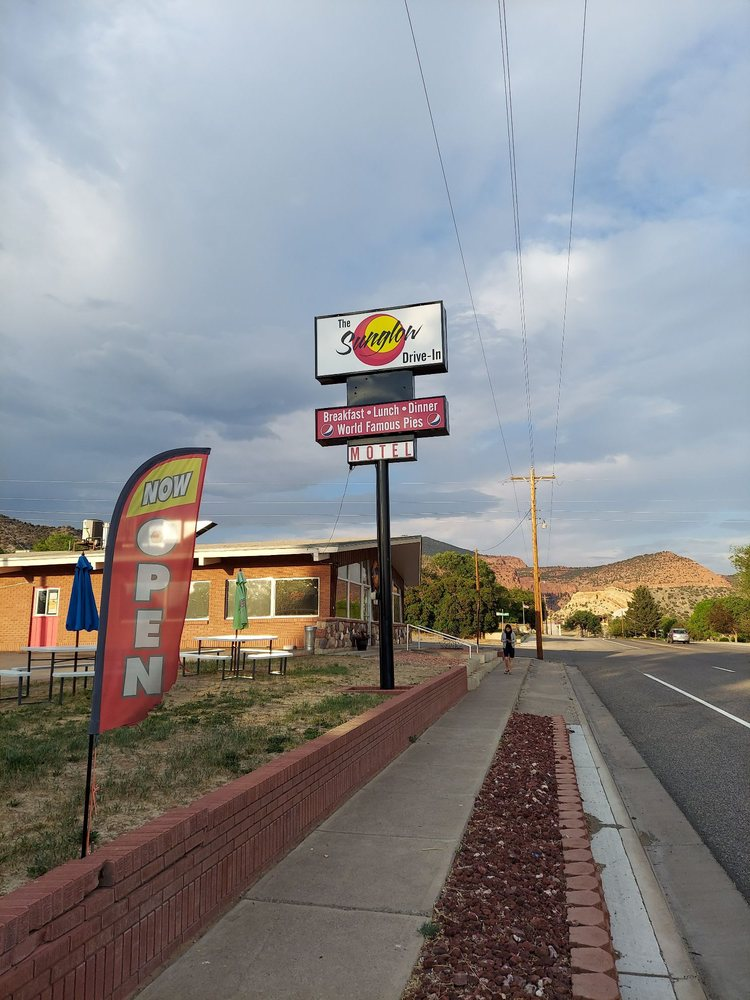 SunGlow Motel and Family Restaurant: 91 E Main St, Bicknell, UT