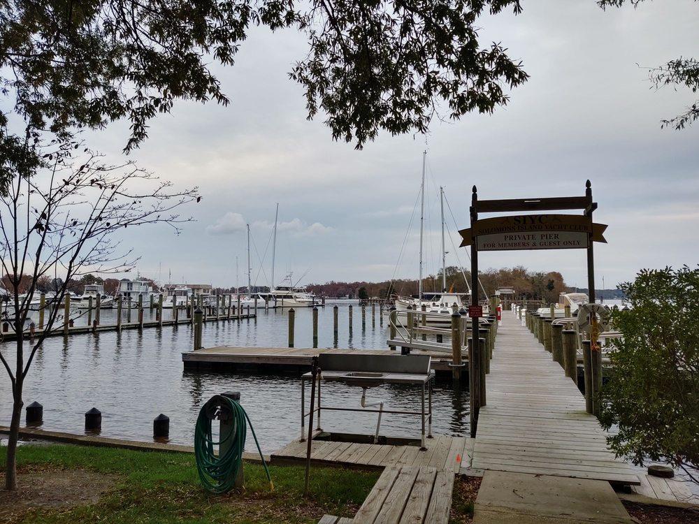 Solomons Island Yacht Club Lounge: 14604 Solomons Island Rd S, Solomons, MD
