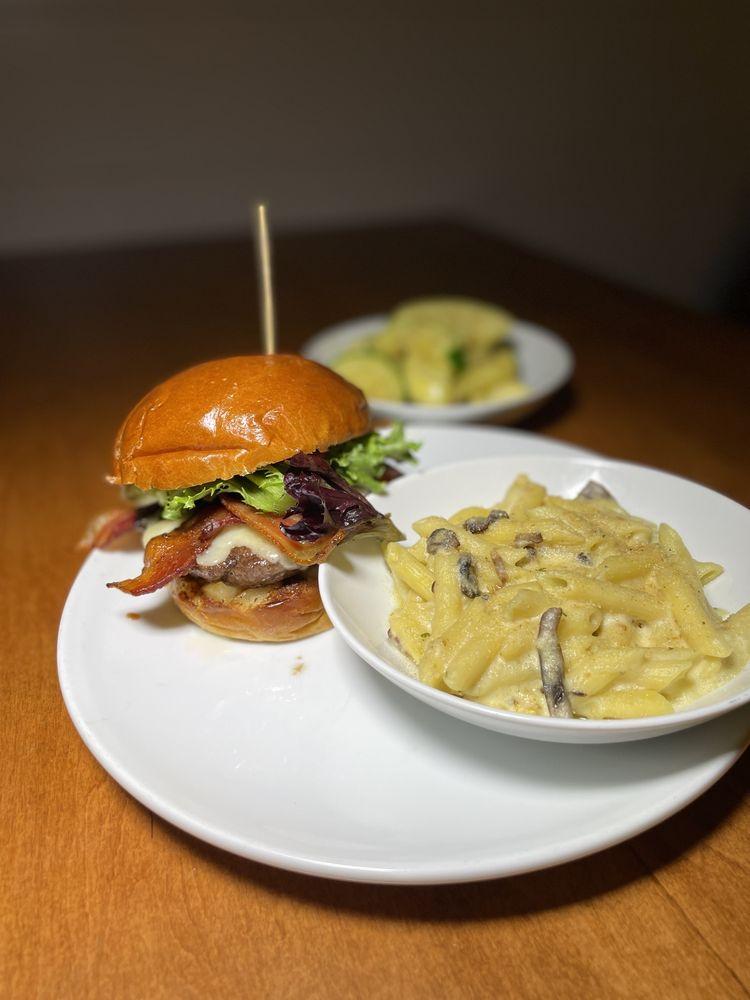 Horseshoe Taverne: 100 New Haven Rd, Durham, CT