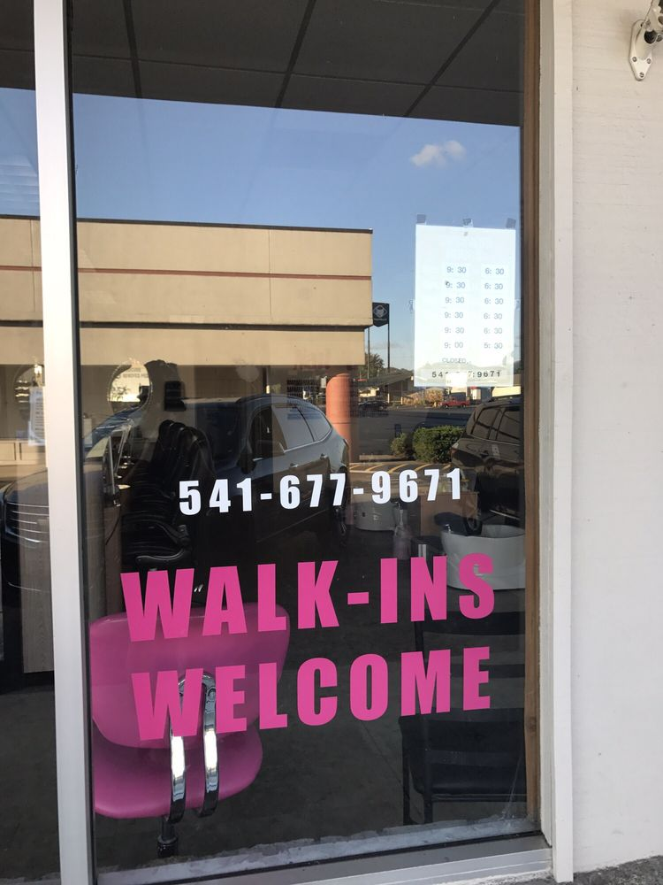Nails Trends & Tanning: 780 NW Garden Valley Blvd, Roseburg, OR
