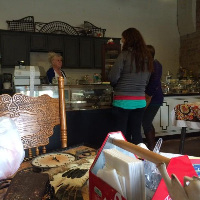 Momma Jeannie's SweetsTreats & Antiques: 101 N Main St, Kirklin, IN
