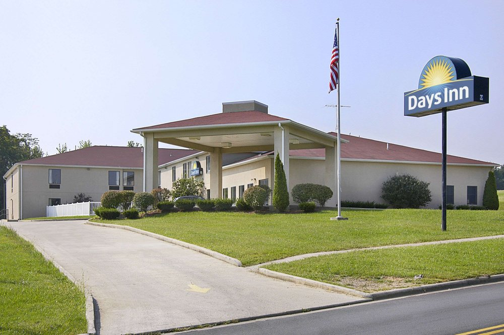 Days Inn by Wyndham Hillsboro: 103 Harry Sauner Road, Hillsboro, OH