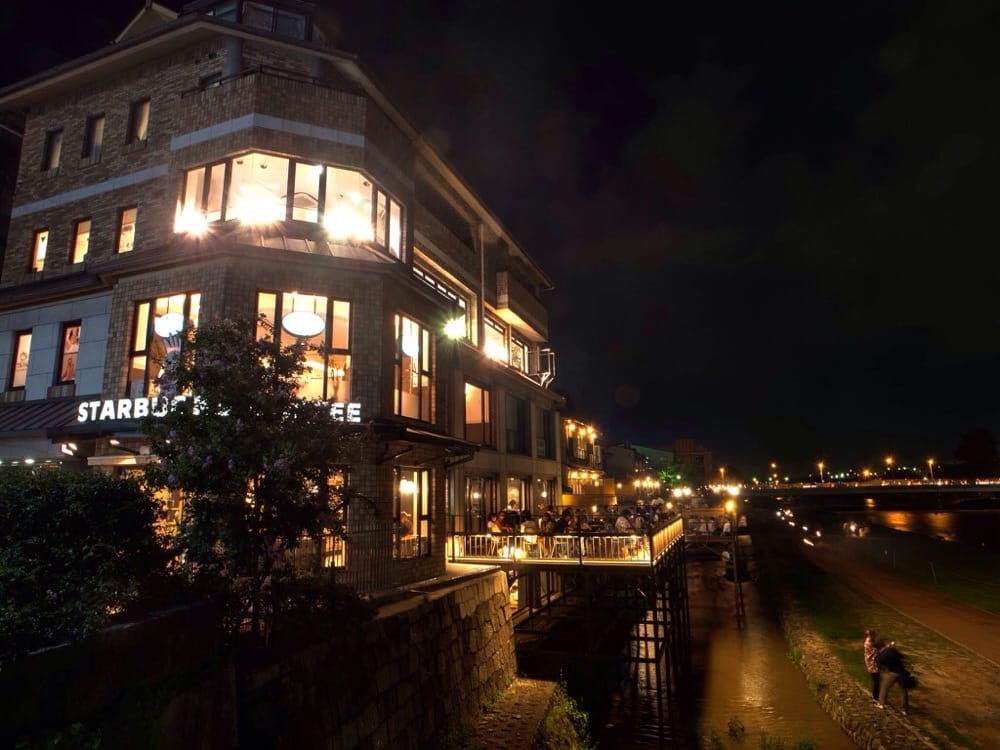 スターバックス 京都三条大橋店 - 日本, 京都府京都市. 9月は昼間も川床に座れます