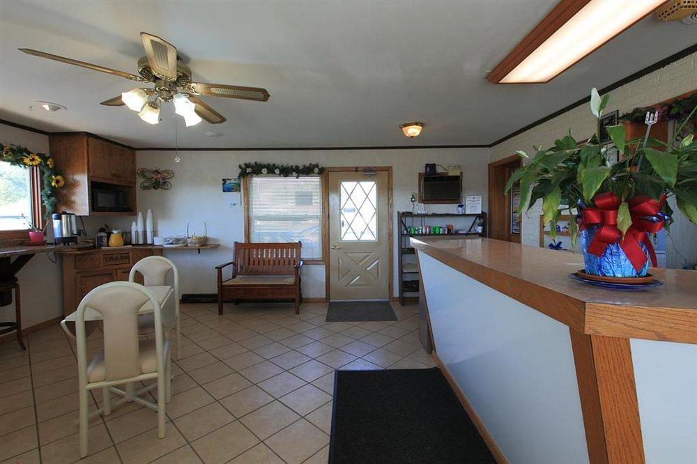 Americas Best Value Inn Suburban Motel: 3635 450th Avenue, Emmetsburg, IA