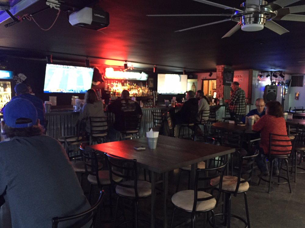 Boss Hogg's Boars Nest Bar & Grill: 11728 US Hwy 68, Benton, KY