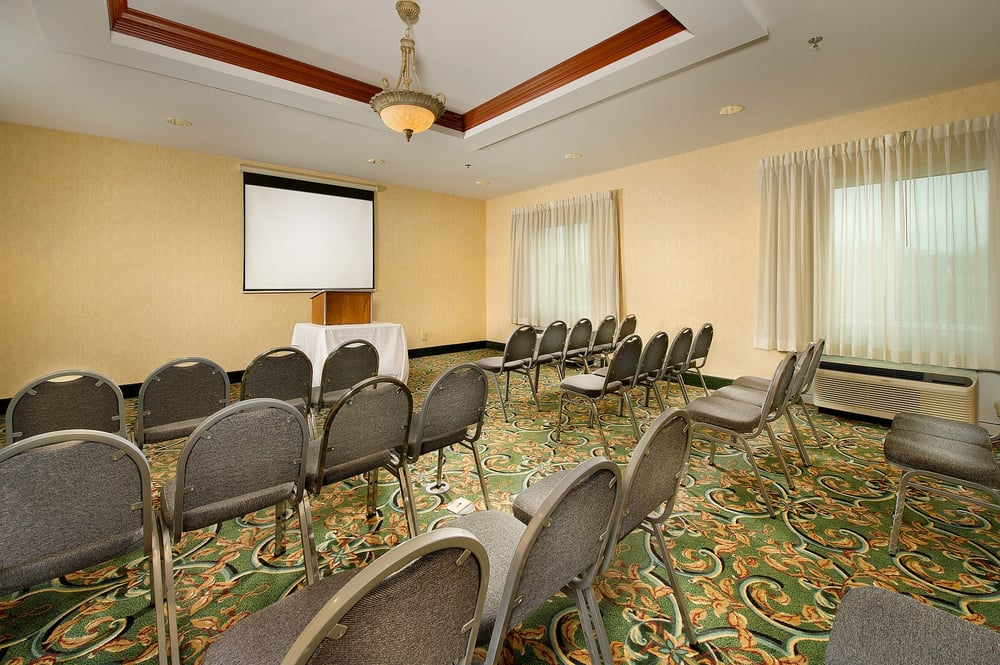 Holiday Inn Express & Suites Lenoir City: 1112 Hwy 321 N, Lenoir City, TN