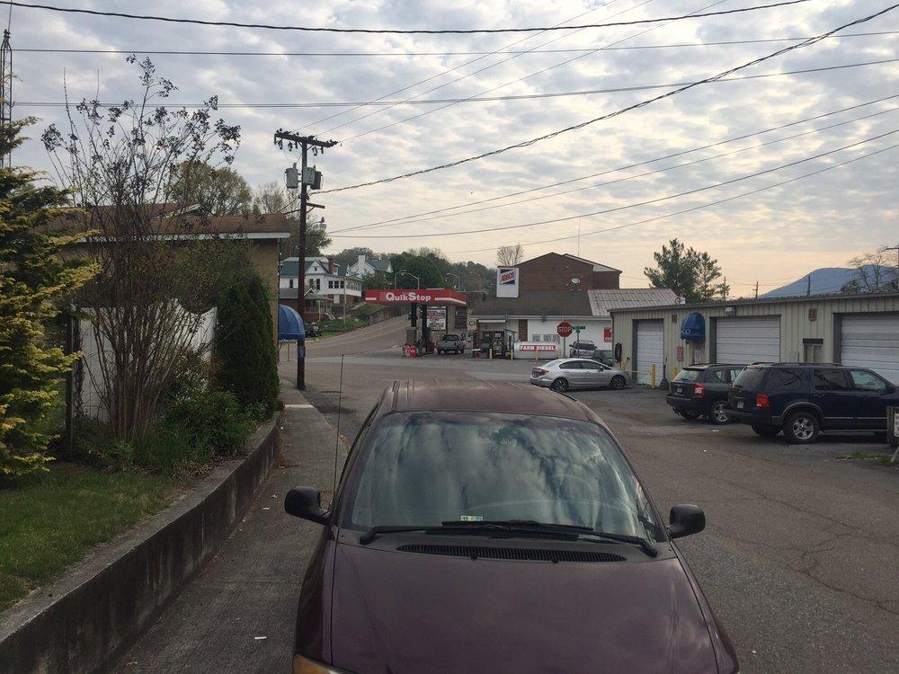 Estillville Bed & Breakfast: 128 Park St, Gate City, VA