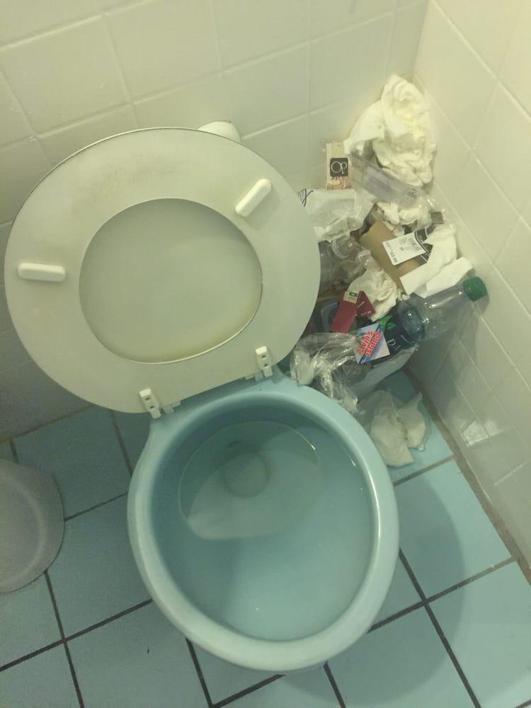 Dirty ass toilet