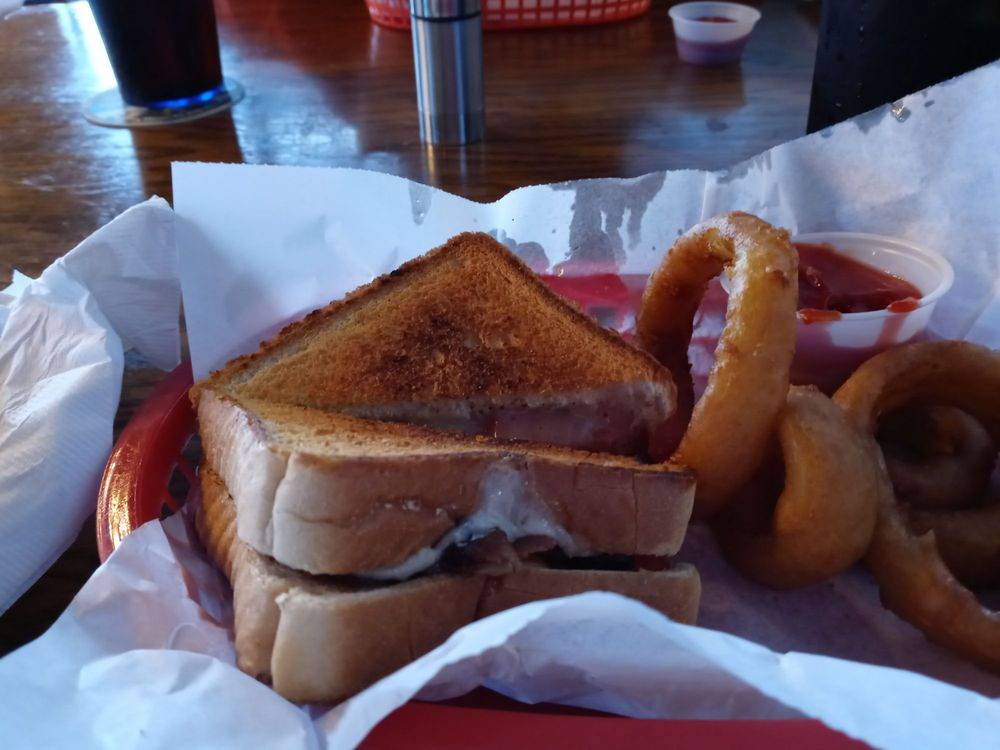 White Wolf Pub and Grill: 30 W Hwy D, New Melle, MO