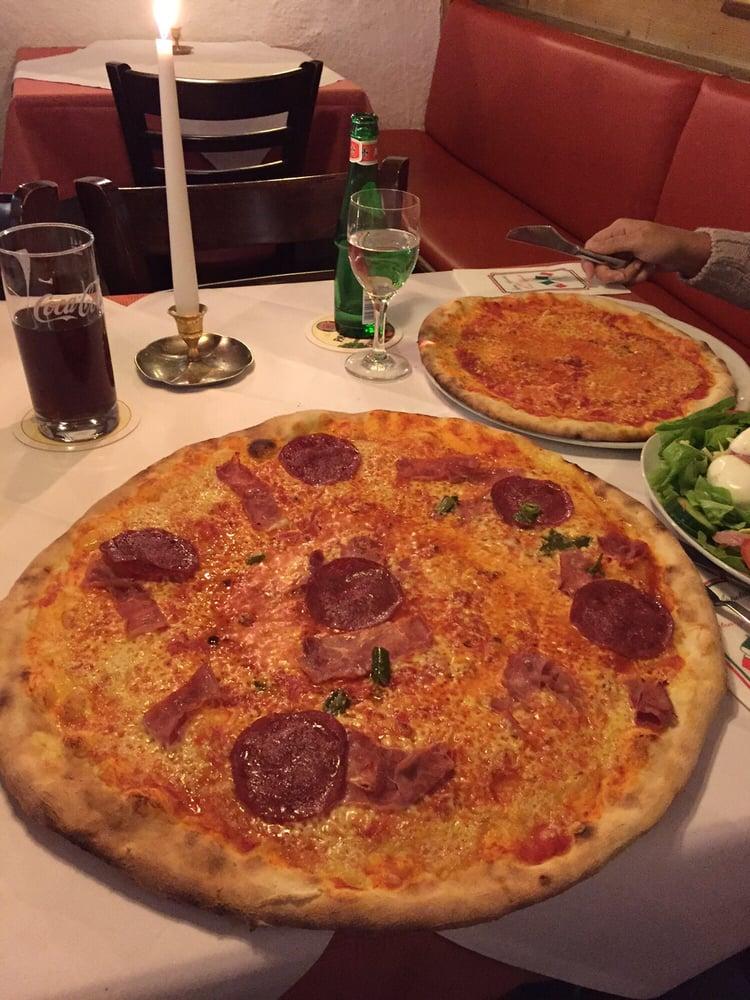 pizza mit salami schinken und scharfe peperoni seeeehr. Black Bedroom Furniture Sets. Home Design Ideas