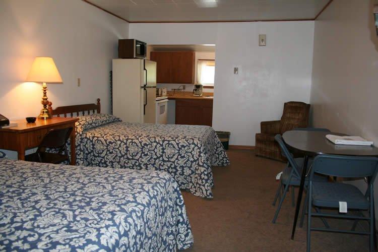 Davis Motel: 702 Hwy 2 W, Devils Lake, ND