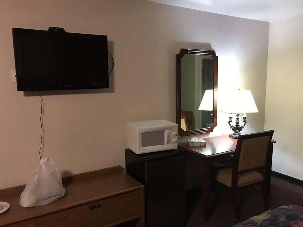 Motel 8 Maricopa Inn: 600 Poso St, Maricopa, CA