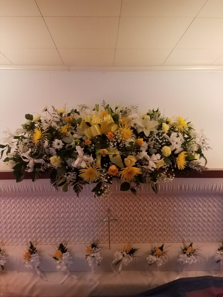 Lisa's Floral Expressions: 102 N Centre St, Pottsville, PA
