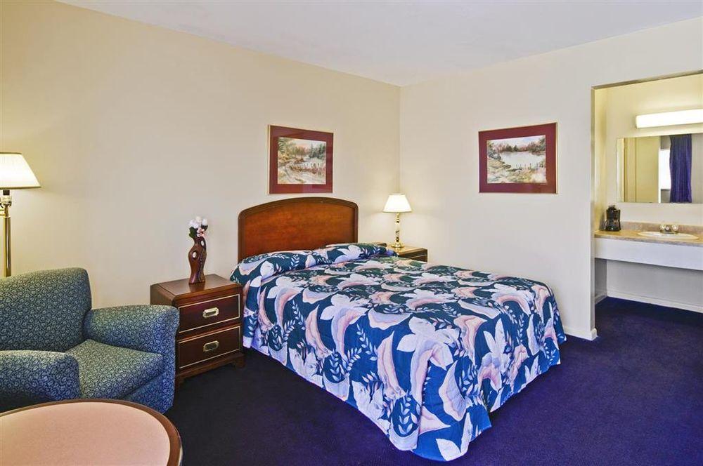 Americas Best Value Inn - Arkansas City: 1617 N Summit St, Arkansas City, KS