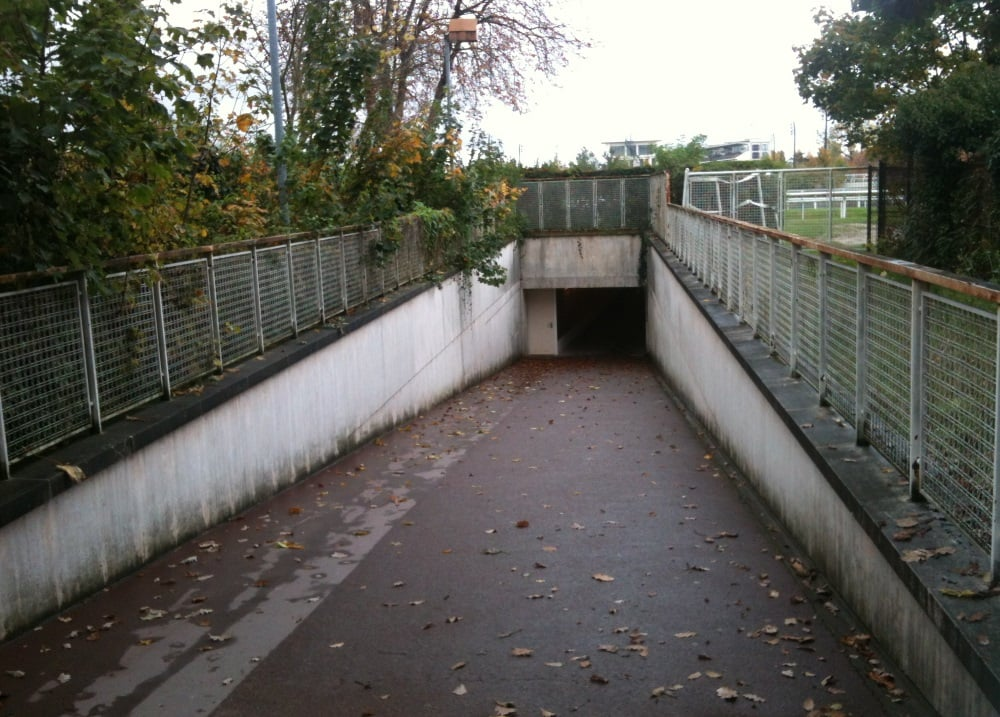Entrance is through this tunnel then on your right yelp for Piscine auteuil