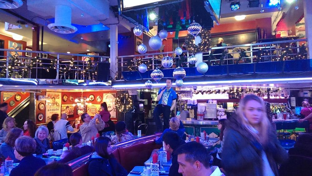 Foto de Ellen's Stardust Diner - New York, NY, Estados Unidos. Singers are great!!!