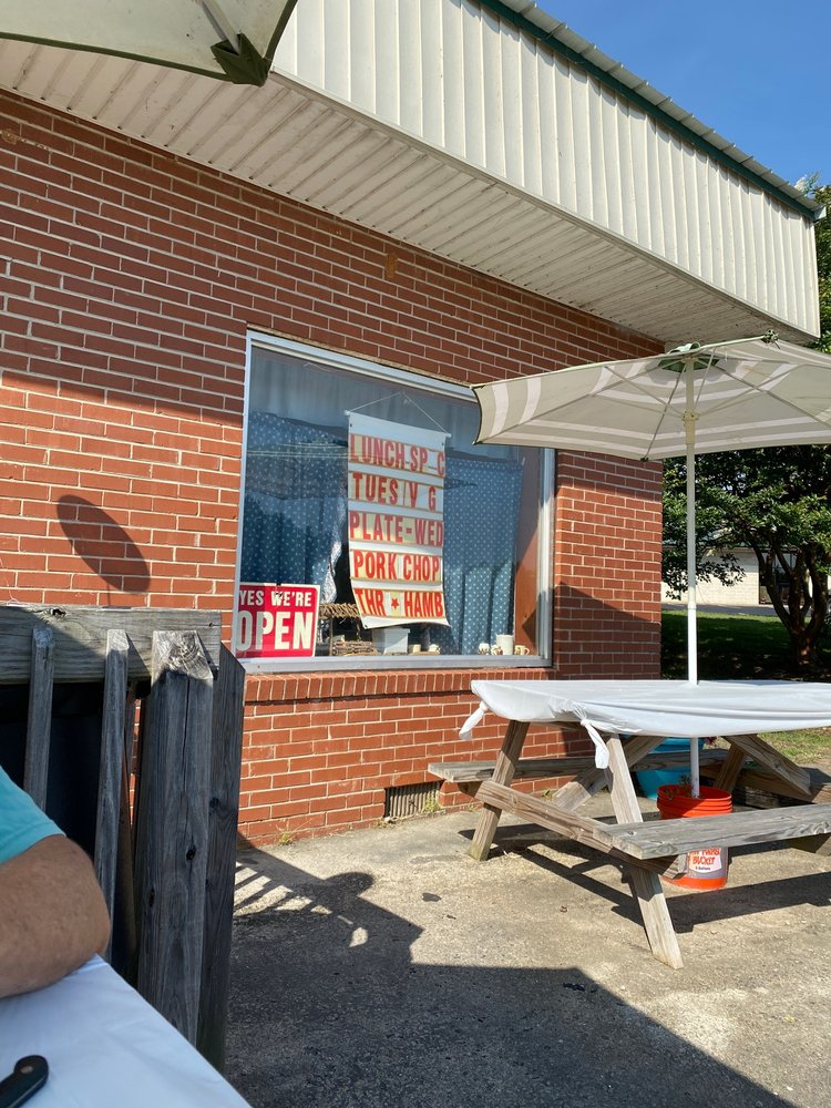 Michelle's Home Cooking Cafe: 11256 US-15, Clarksville, VA