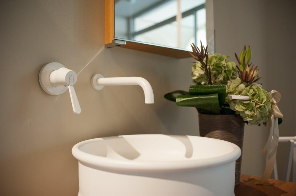 Dettaglio lavabo vieques rubinetto fez agape design yelp for Arredo bagno alba