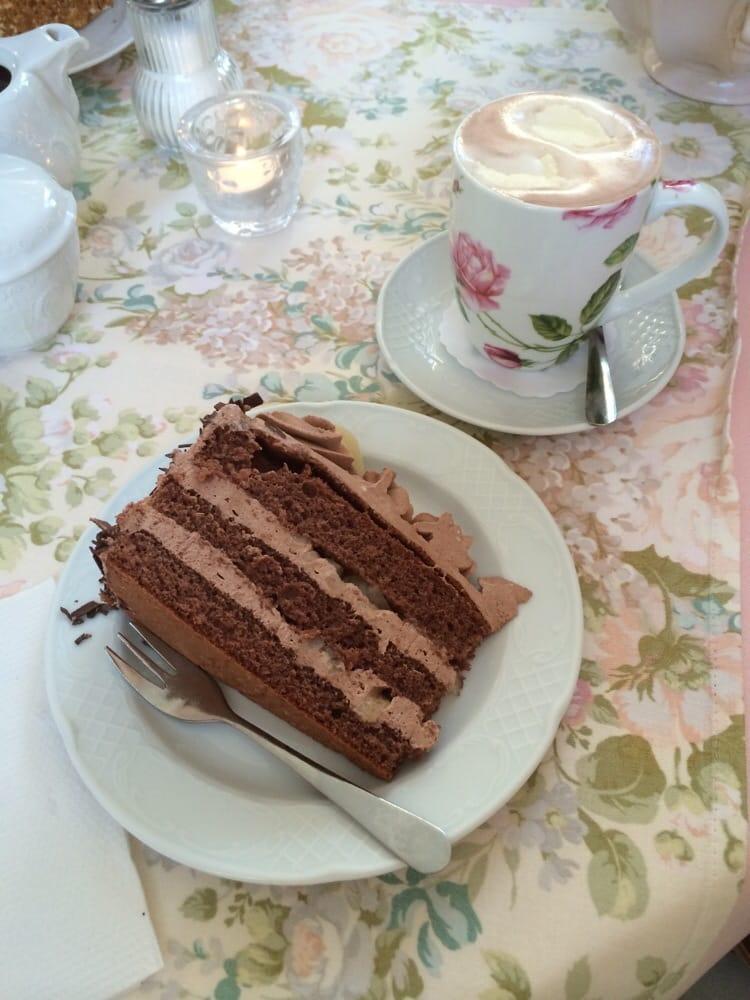 Schoko Birnen Torte Und Eine Heisse Schokolade Mit Sahne Was Gibt