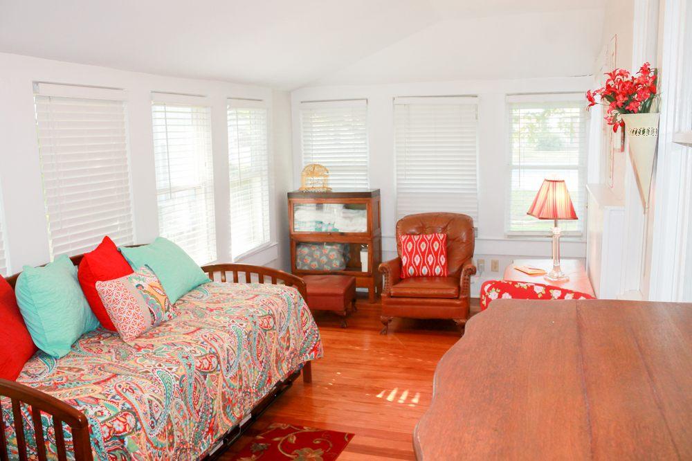 Flossie's Bed & Breakfast: 808 Oatman St, Llano, TX