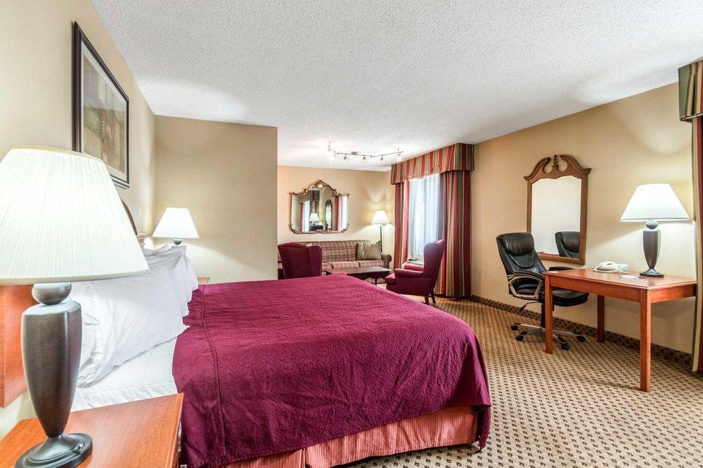 Econo Lodge: 1 Hospitality Dr, Ripley, WV