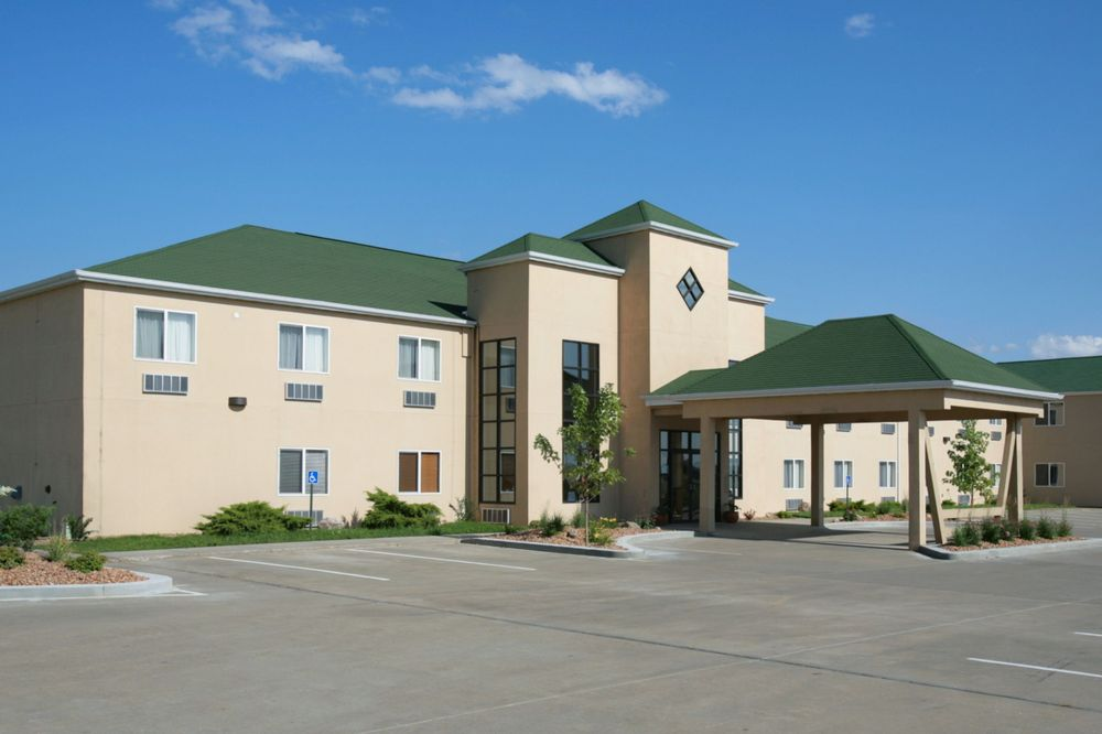 Howard Johnson Hotel & Suites by Wyndham Oacoma: 203 East Highway 16, Oacoma, SD