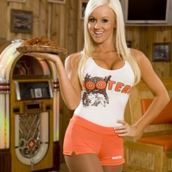 dating a girl who works at hooters