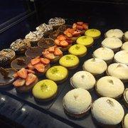 Tarte aux mirabelles Photo de Boulangerie Alsacienne Benoît Maeder , Paris,  France. Vitrine des petits gâteaux