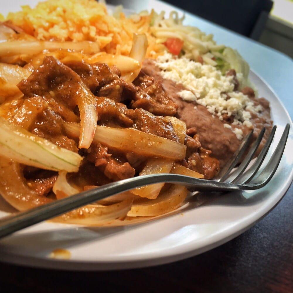lomo de res chile de Árbol grilled steak w onions spicy