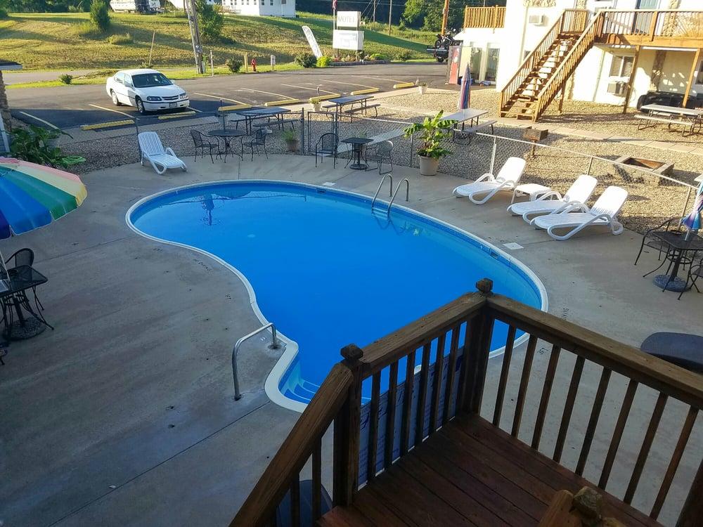 Deepwater Inn: 11609 N State Hwy 5, Sunrise Beach, MO