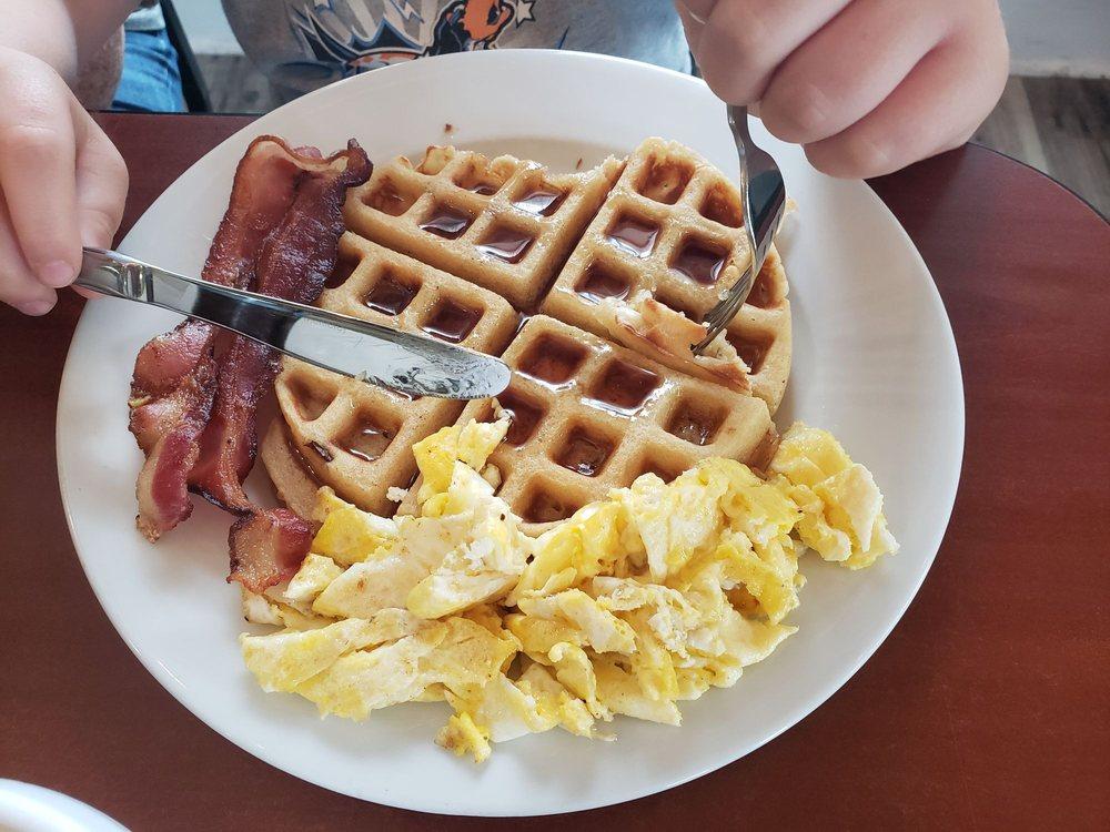 Grumpy's Cafe: 104 W McPherson St, Knob Noster, MO