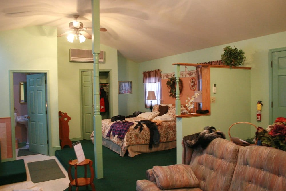 Brookside Cabins: 2978 US Hwy 211 E, Luray, VA