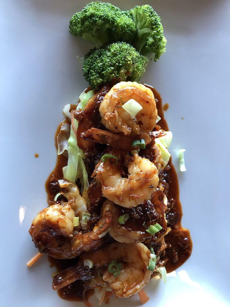 Sriracha Thai Bistro & Oyster Bar: 2900 River Dr, Moline, IL