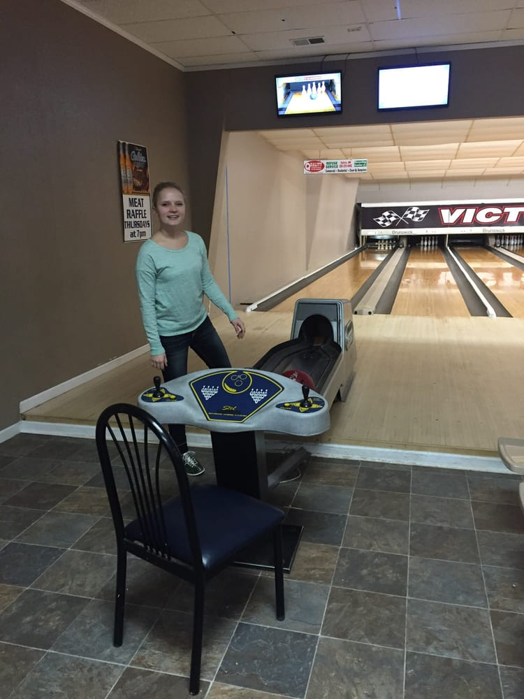Victory Lanes & Sports Bar: 1865 Frontage Rd, Mora, MN