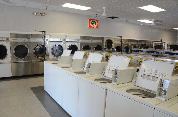 Speed Queen - Smith's Coin Laundromat: 420 N Roosevelt, Burlington, IA
