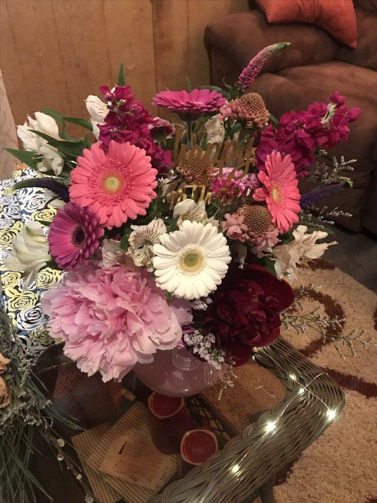 Sha'e Lynn Floral & Gifts: 69 N Main St, Linton, IN