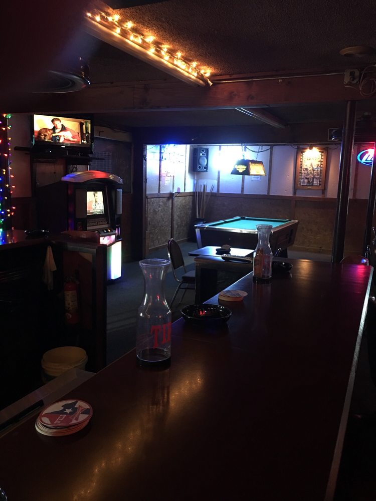 Winnie's Lounge: 111 Plantation Dr, Lake Jackson, TX