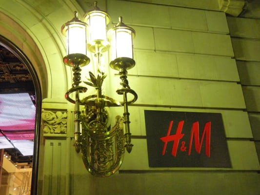 photo of hum barcelona spain typisch barcelona moderner shop in palast