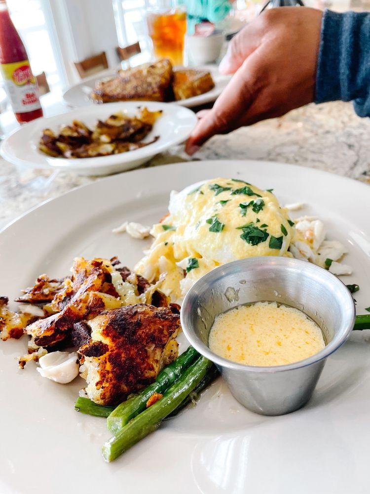 Island Room Restaurant & Sand Bar: 192 E 2nd St, Cedar Key, FL
