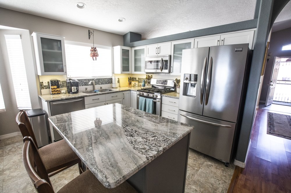 Superbe Gorgeous Granite Countertops Compliment This L Shaped ...