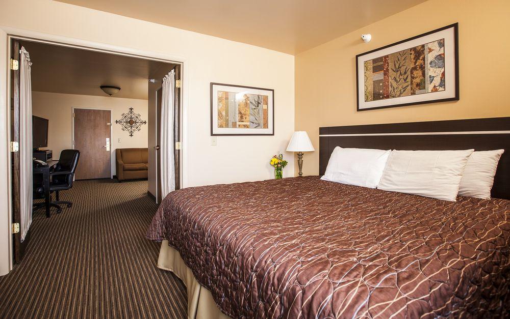 Cottonwood Inn & Suites: 54250 US Hwy 2, Glasgow, MT