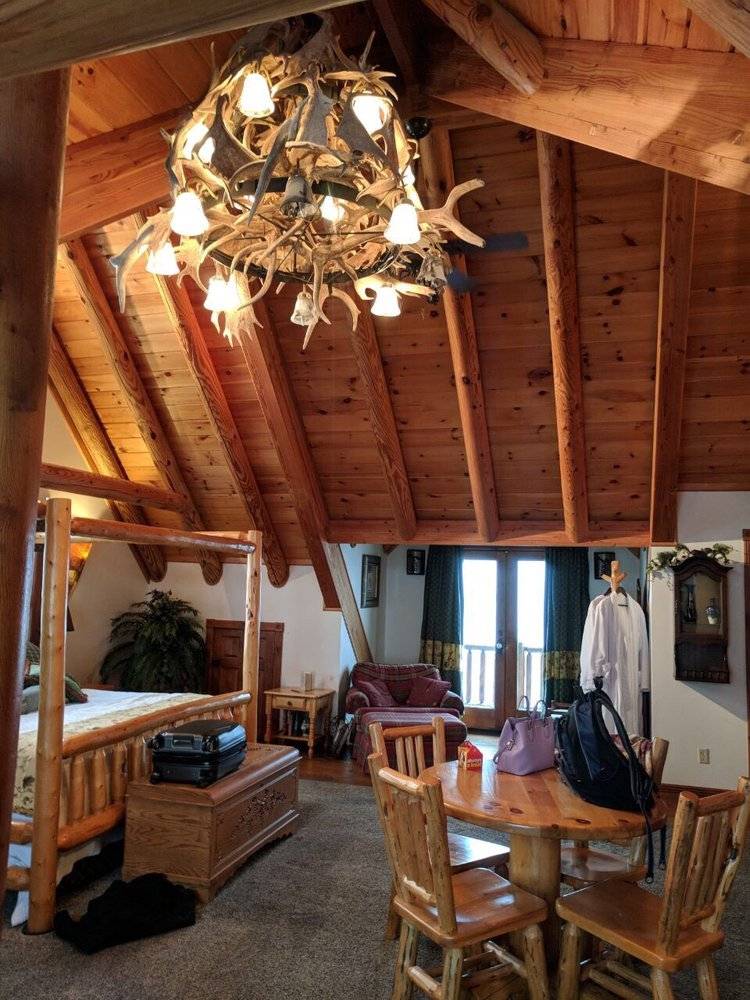 Pine Lakes Lodge: 61680 Buskirk Ln, Salesville, OH