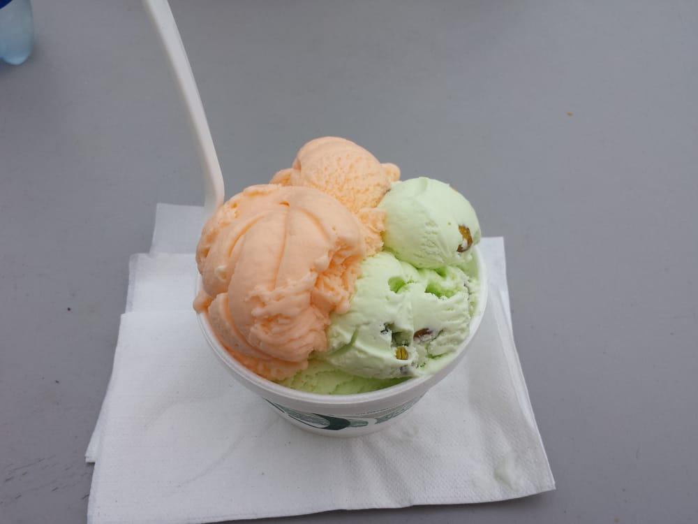 Axel's Food & Ice Cream: 608 Daniel Webster Hwy, Merrimack, NH