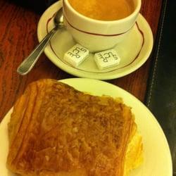 Foto de Pâtisserie Viennoise , París, Paris, Francia. Chocolate croissant +  coffee/